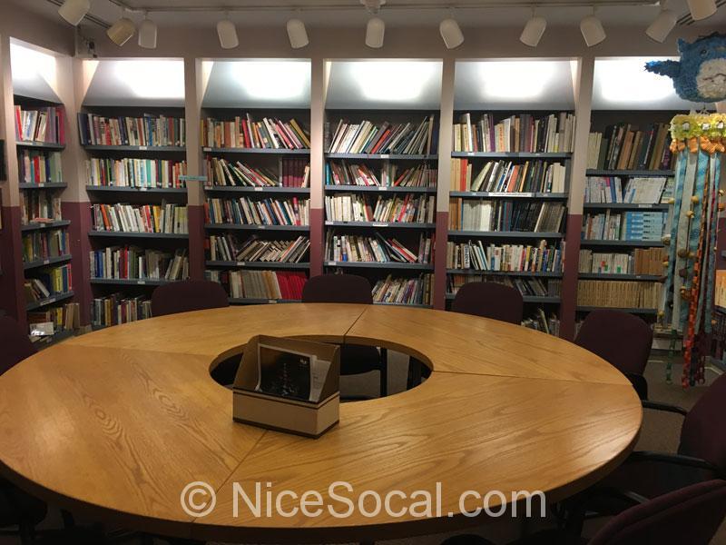 領事館内の図書館
