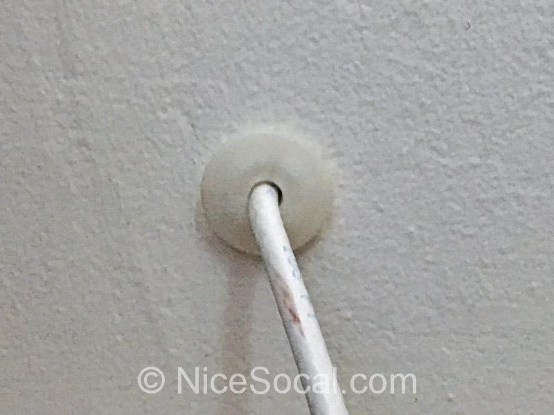 壁を伝う同軸ケーブル
